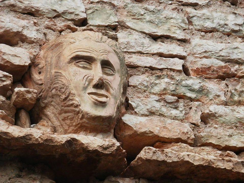 mascheroni di pietra di Cerna